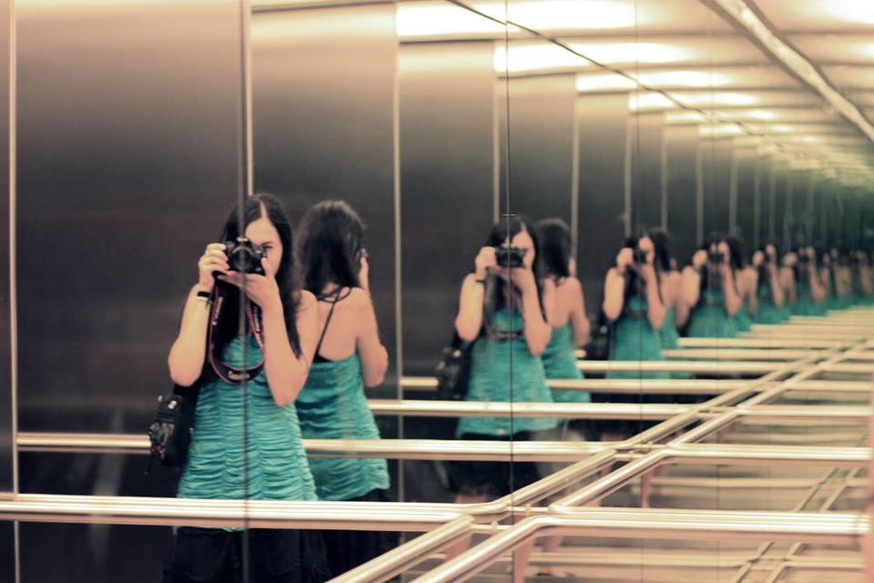 Zrkadlá sú vďačným prostriedkom, vďaka ktorým môžeme vytvoriť rytmus. Na tejto konkrétnej fotografii sa objavuje opakovaný hlavný motív, ktorý sa zväčšuje v zlatom reze a umiestnením dochádza k zachyteniu perspektívy.