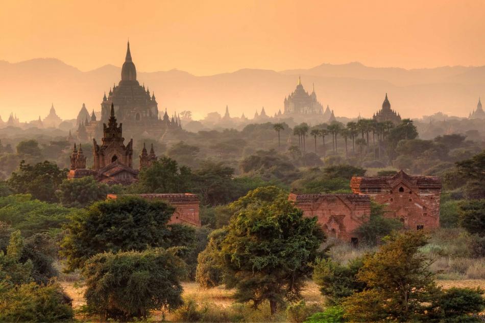 Mjanmarsko, tiež známe ako Barma, je malá krajina v juhovýchodnej Ázii. Cestovný ruch sa v krajine rýchlo rozvíja , ale vždy je ešte čas na jazdu člnom na jazere Inle a chytiť západ slnka odrážajúceho sa od Shwedagon Paya.