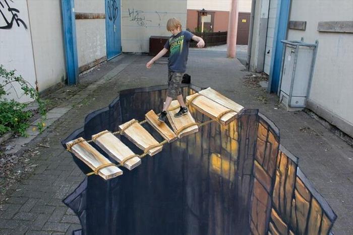 Populárne sú taktiež 3D kresby na chodníkoch, ktoré využívajú naše vnímanie hĺbky priestoru. Stačí však nesprávny uhol a efekt sa stráca.