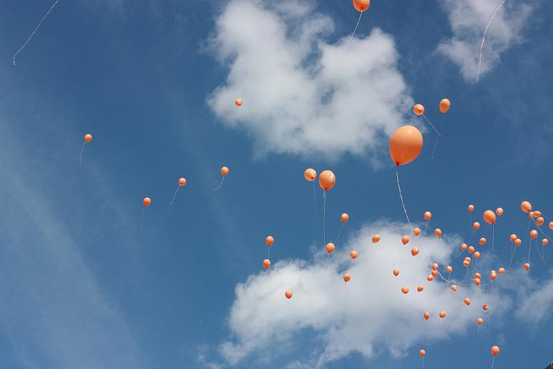 Rovnaký námet, balóny na oblohe. Prvá fotografia - minimalistická, prázdna, statická; druhá fotografia - veľa prvkov rovnakého tvaru, hlavný námet sa stráca, pôsobí ako štruktúra či tapeta; tretia fotografia – kombinácia väčších i menších prvkov, najväčší počet balónov je umiestnený do zlatého rezu, oblaky v pozadí dotvárajú atmosféru, je najzaujímavejšia;