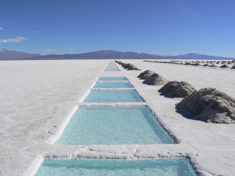 Táto soľná púšť je v skutočnosti veľká soľnička, dlhá 250 km a 100 km široká. Keď prší, premení sa v obrie zrkadlo. Hoci tadiaľto prechádza mnoho železníc a ciest, Salinas Grandes je stále považované za neprístupné a preto nie je tak populárne medzi turistami.