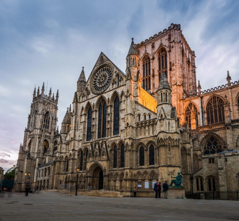 York je jedným z najkrajších  starovekých miest v Anglicku. Má všetko, čo by malo existovať v anglickom mestečku - krčmy, čajovne, kaviarne, kostol , staré budovy..Jednou z hlavných atrakcií Yorku je naozaj veľkolepá katedrála.