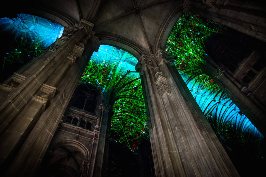 Virtual-Reality-Sky-on-a-Church-Ceiling-in-Paris-0-900x600