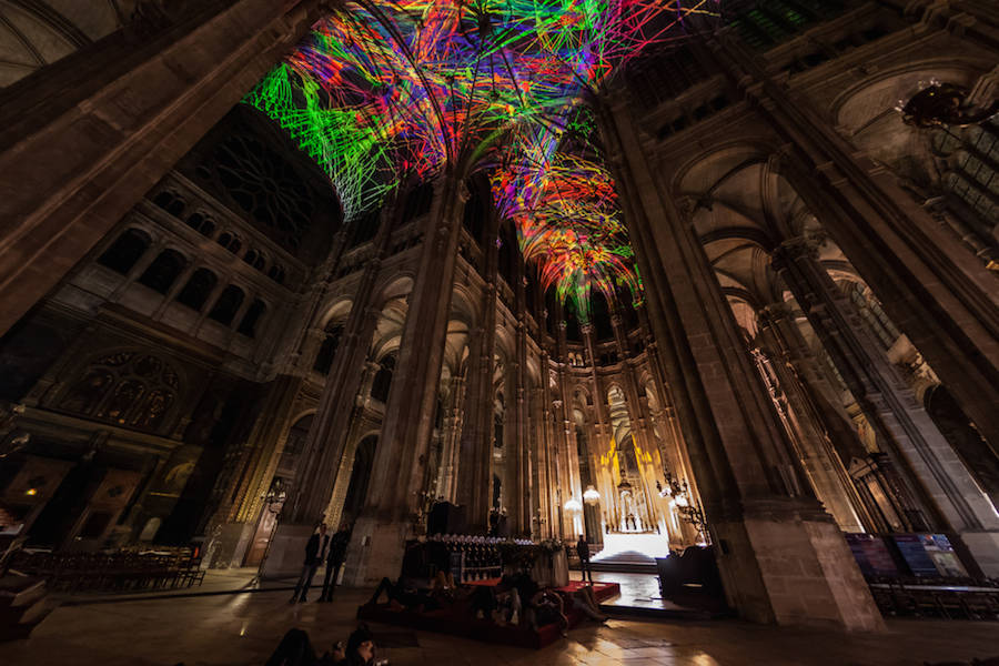 Virtual-Reality-Sky-on-a-Church-Ceiling-in-Paris-3-900x600